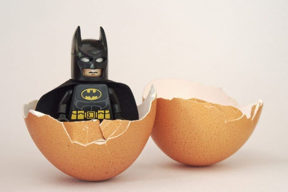 Batman saliendo de un huevo